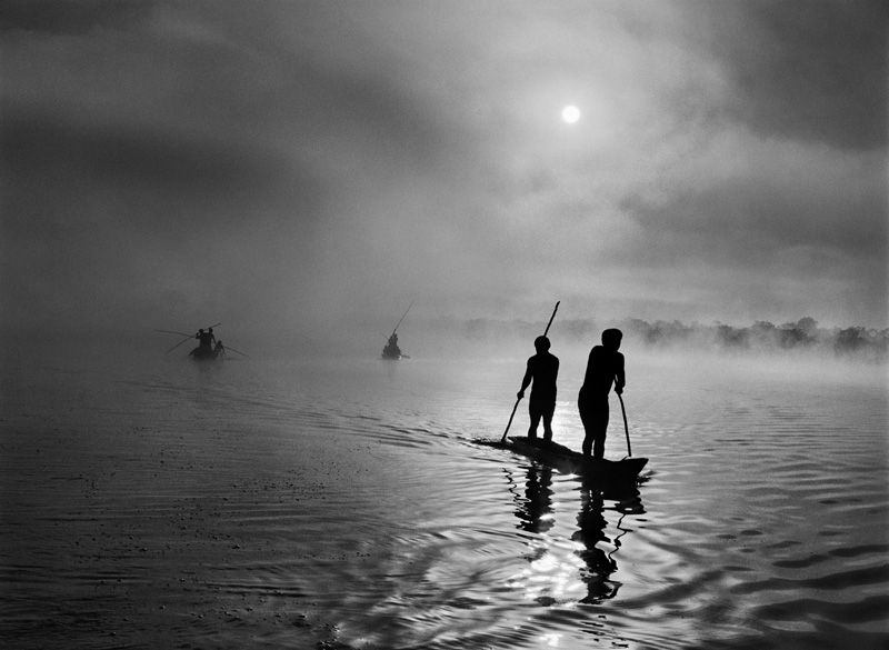 Sebastião Salgado, In the Upper Xingu region of Brazil, Mato Grosso state a group of Waura Indians fish in the Puilanga Lake near their village. Brazil. 2005.
