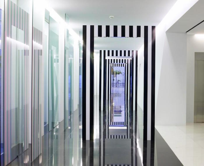 Daniel Buren, Prospettive (Archi), 2000-2005, termolacca bianca e carta adesiva nera su alluminio, 260 × 165 × 8,5 cm, installazione in situ a Palazzo BSI, Lugano, foto Franco Mattei